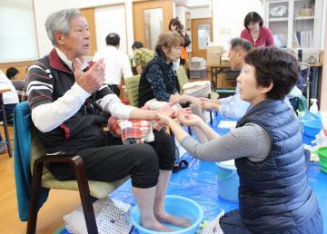被災地域の集会所で行われた足湯=24日、大子町南田気(災害支援いばらきネットワーク会議提供)