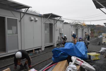 入居希望者の少ない中、急ピッチで建設が進む応急仮設住宅=27日午前、大子町大子