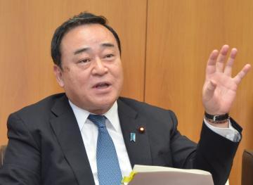 インタビューに答える梶山弘志経済産業相=経済産業省