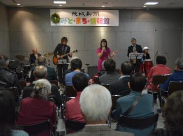 みと・まち・音楽会で演奏を披露する「小笠原進滋withエムズラテンジャズバンド」=水戸市南町