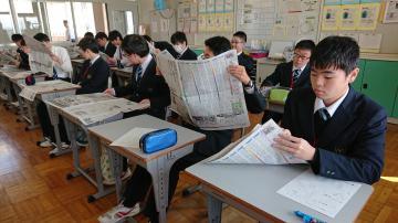 新聞を開く生徒たち=水戸市下大野町の県立水戸高等特別支援学校