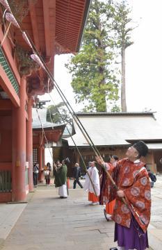 楼門のすす払いを行う鹿島神宮の神職と巫女ら=鹿嶋市宮中