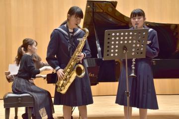 世矢中吹奏楽部の部員とピアニストが本番に向け練習した=常陸太田市中城町