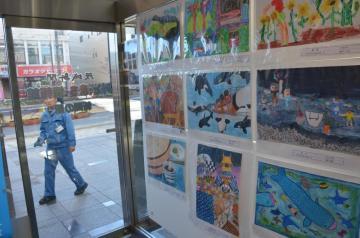 「まちの駅みと」である茨城新聞みと・まち・情報館で展示されている児童の作品=水戸市南町