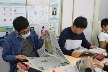 新聞を開く生徒たち=土浦市港町の翔洋学園高土浦学習センター