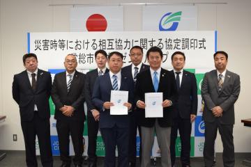 協定書を交わした神達岳志市長(前列右)、ダイゼングループの前島聡代表(前列左)とグループ6社の社長=常総市役所