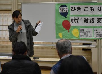 NPO法人キドックスの活動内容の説明をする同法人代表理事の上山琴美さん=神栖市溝口の市中央公民館