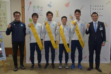 箱根駅伝に出場する筑波大の選手に、市民の応援メッセージが書き込まれた特製たすきが贈られた=13日、つくば市役所