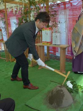 地鎮祭でくわ入れをする山地正洋社長=茨城町中央工業団地