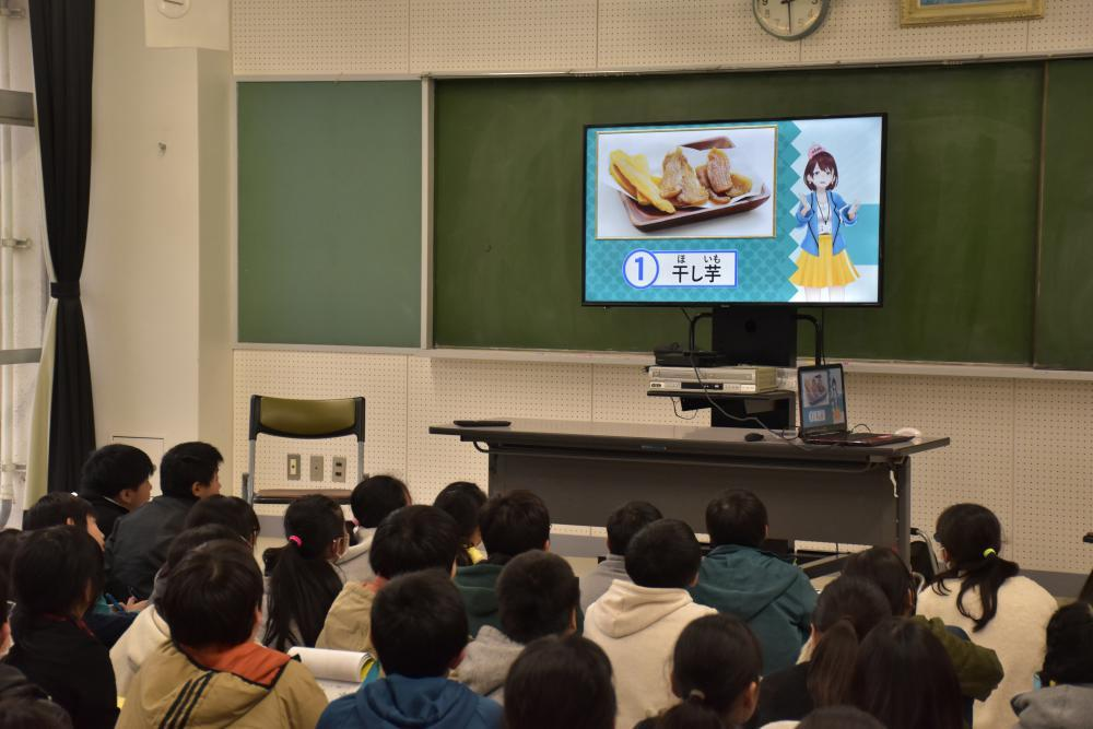 茨ひよりがクイズを出題し、児童は楽しみながら本県への理解を深めた=筑西市西方