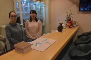 ラウンジ花桃の岡田舞さん(右)と奈三子さん=水戸市泉町