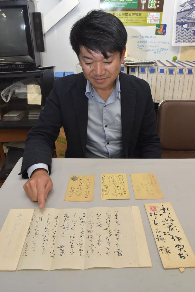 横瀬夜雨が折本左衛介に書いた手紙とはがき。「独特の字体が見られる」と解説する千葉隆司学芸員=かすみがうら市歴史博物館