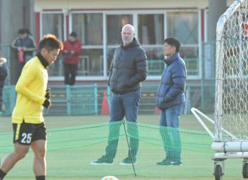 グラウンドで練習を見つめたザーゴ新監督(中央左)=クラブハウスグラウンド