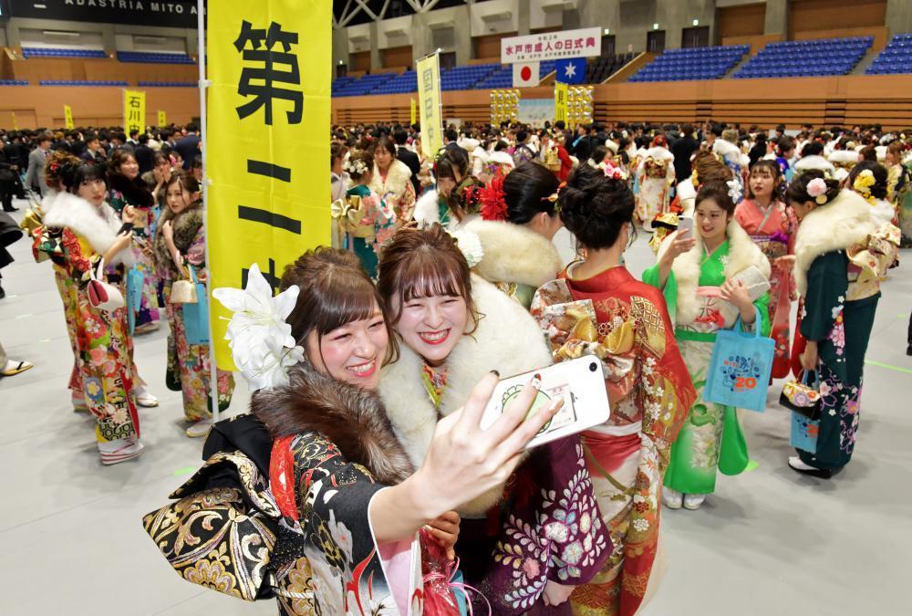 笑顔で写真を撮る新成人たち=12日午前、水戸市緑町、吉田雅宏撮影