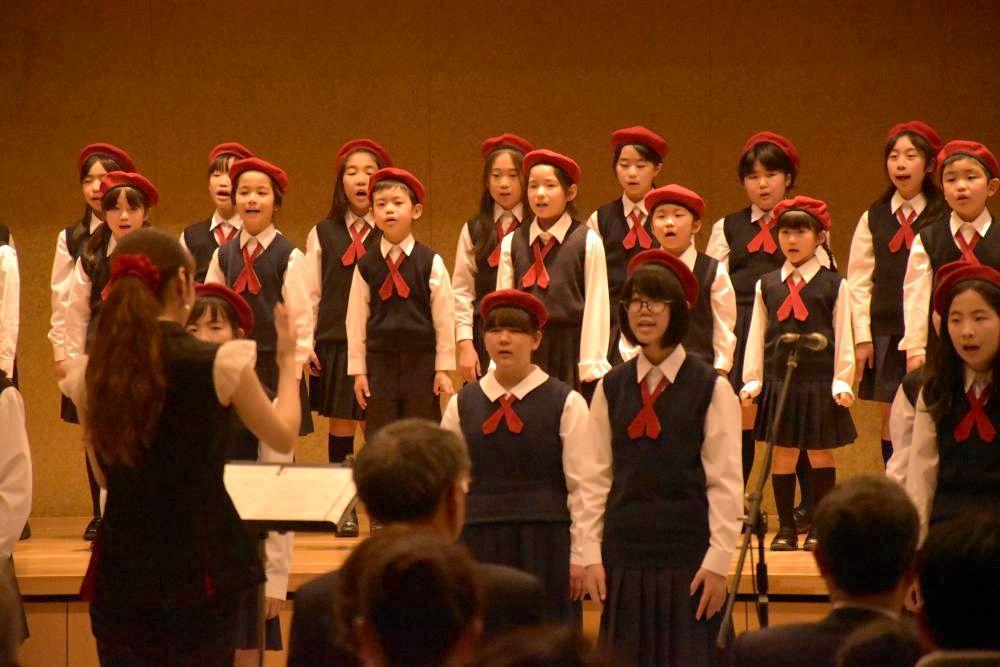 チャリティーコンサートで歌う児童合唱団=つくば市竹園