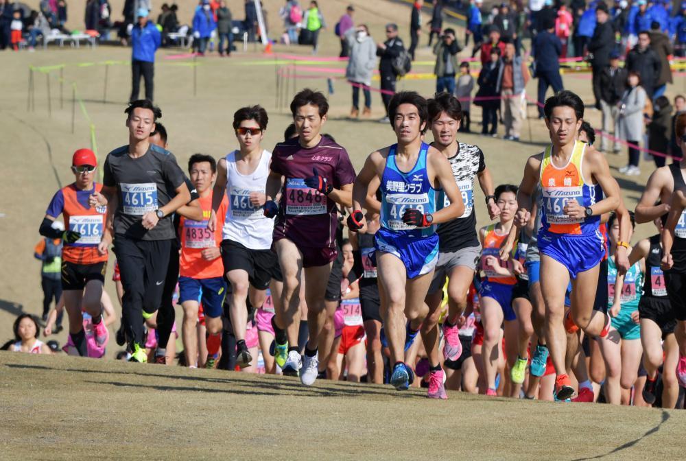 起伏に富んだコースを力走するランナーたち=常陸大宮市照田、吉田雅宏撮影