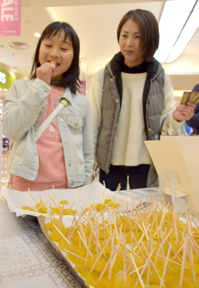 干し芋を試食する買い物客=18日、ひたちなか市新光町