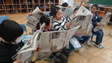 新聞を開く児童たち=筑西市立下館小