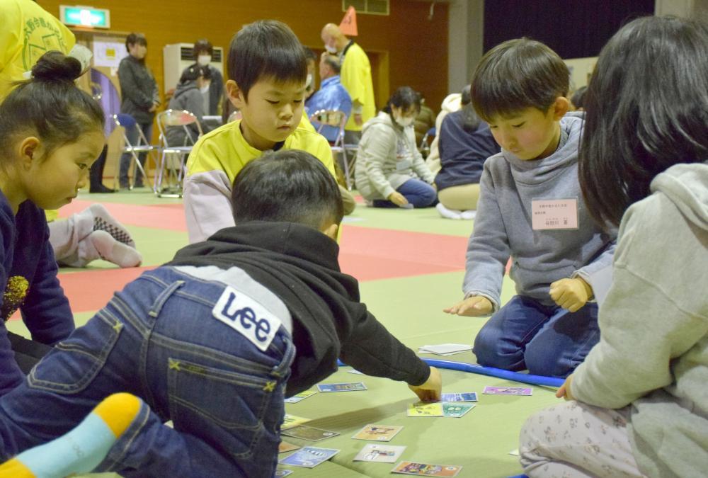 集中して競技に取り組む子どもたち=鹿嶋市角折