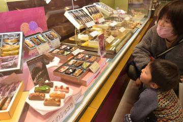 バレンタインデーを前に一足早く食料品売り場で販売が始まった=水戸市泉町の京成百貨店