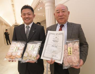 はなもも炭火手焼せんべいでグランプリに輝いた江面米菓店の小林正秋さんと徹さん(右から)=古河市松並