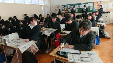 「新聞のひみつ」を学ぶ生徒たち=ひたちなか市の県立那珂湊高