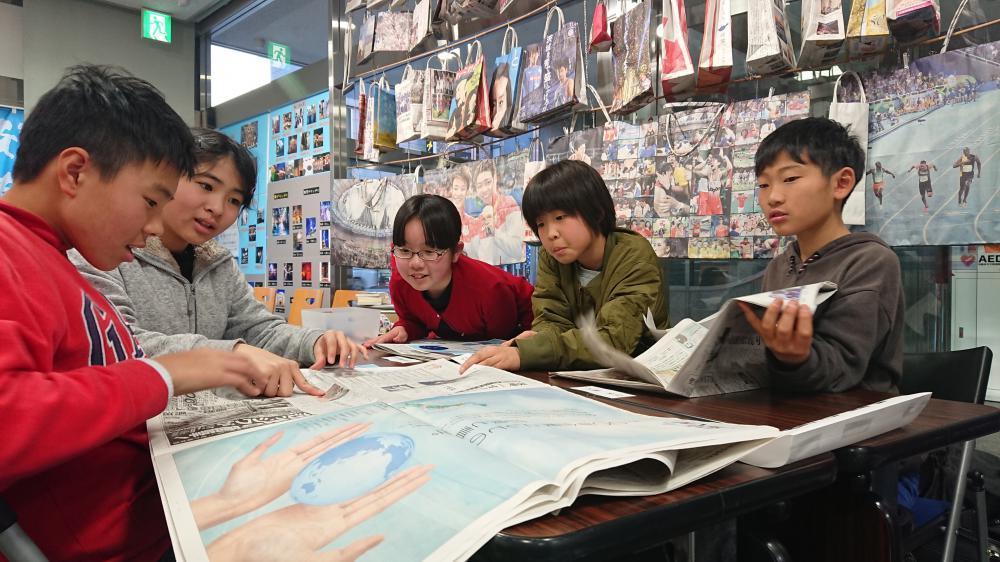 みんなで新聞を読む三の丸小の5年生=水戸市南町の茨城新聞みと・まち・情報館