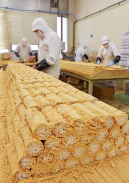 きな粉の香りに包まれる作業場で次々に出来上がる吉原殿中=11日午後、水戸市元石川町