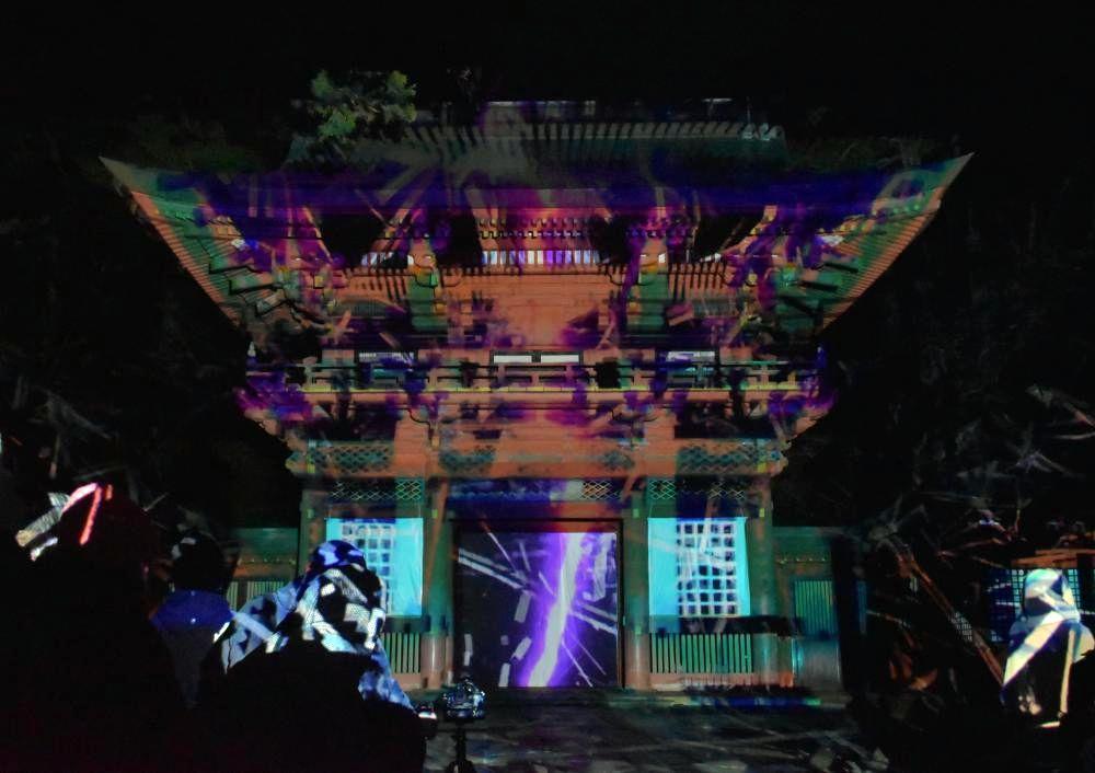 プロジェクションマッピングで彩られた鹿島神宮の楼門=14日午後6時35分ごろ、鹿嶋市宮中