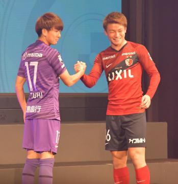 笑顔で握手を交わす鹿島の上田(右)と広島の松本=東京都港区
