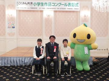 (左から)志賀ほのかさん、打越秋一本部長、福田虎太朗さん=水戸市白梅
