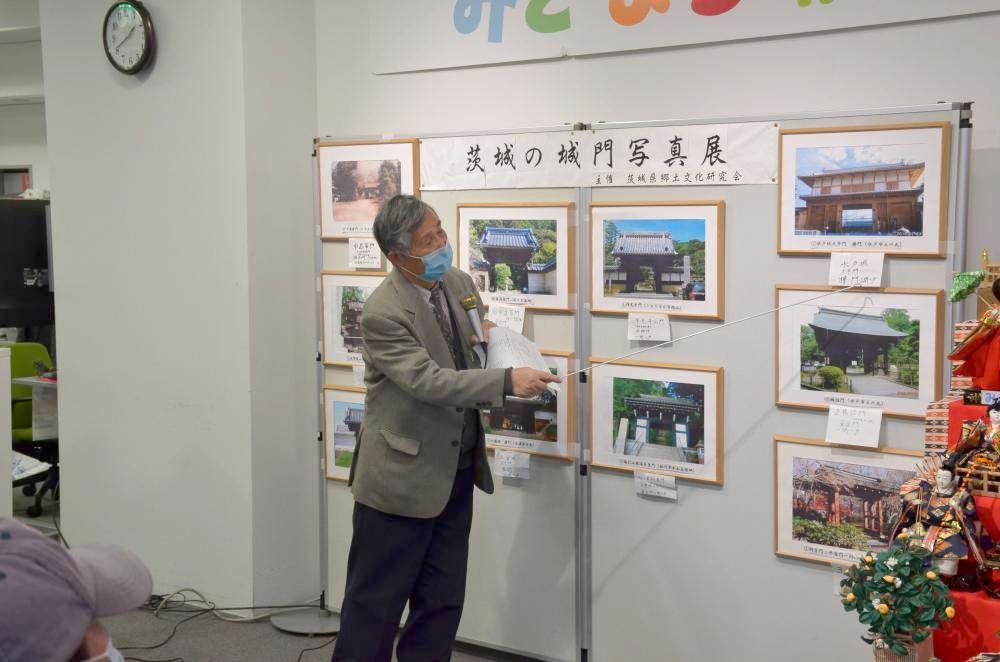 茨城の城門について解説する小野寺靖さん=水戸市南町