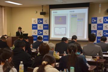 ひまわりタクシーの広報プロジェクトを提案する学生=那珂市福田