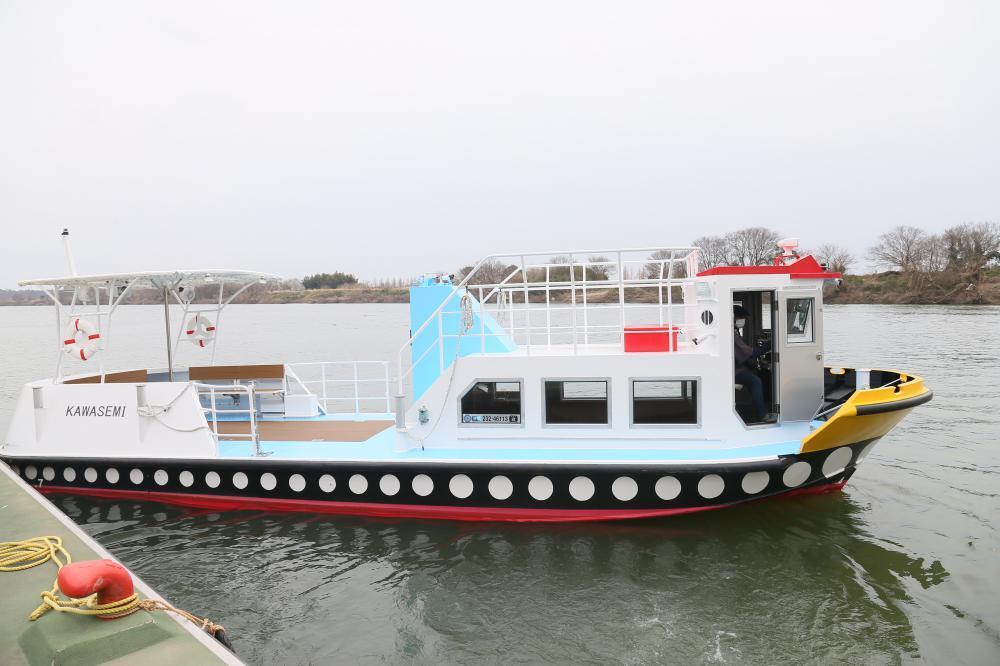 報道陣に公開された小堀の渡しの新船=利根川