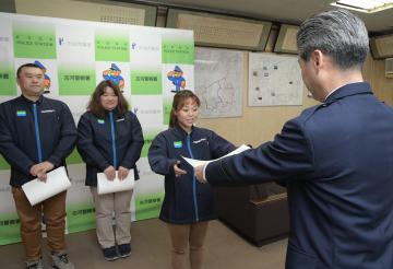 感謝状を贈られたファミリーマート古河下大野店の(左から)中沢雅行さん、根岸真代さん、金久保唯さん=古河警察署