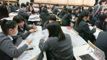 「桃太郎」の見出しを考える生徒たち=水戸市の大成女子高