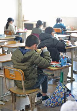 席を離し、対面を避けて給食を食べる児童ら=6日午後、つくば市立竹園西小、吉田雅宏撮影