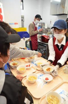 小学生に昼食を提供する大洗町の「寺子屋食堂」=7日、大洗町磯浜町