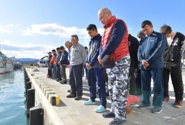 東日本大震災の犠牲者の冥福を祈り、海に向かって黙とうする漁師ら=11日午後2時46分ごろ、北茨城市大津町、鹿嶋栄寿撮影