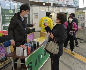 JR鹿島線全駅でICカードのSuicaが利用できるようになり、鹿島神宮駅で利用者にPRする職員ら=14日午前、鹿嶋市宮下