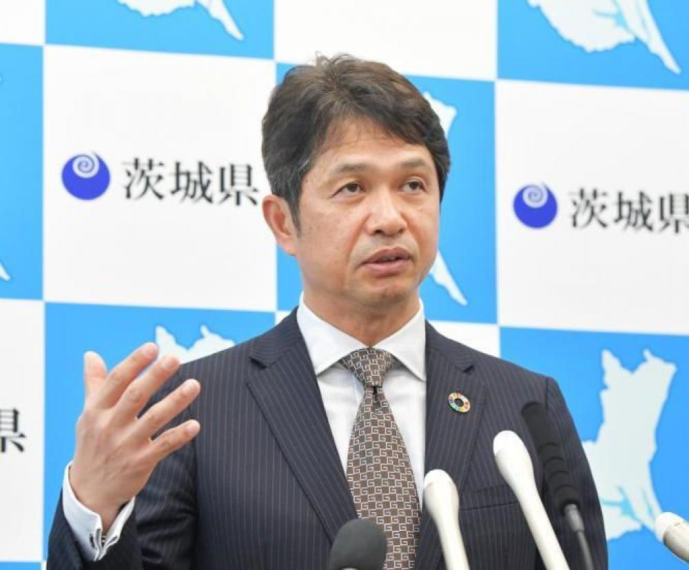 県庁で記者会見する大井川和彦知事