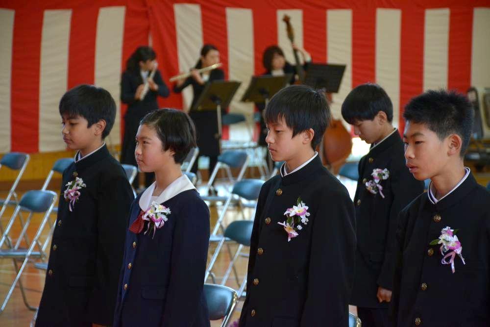 教諭のバンド演奏が流れる中、入場した卒業生ら=那珂市菅谷