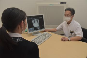 発熱専門診察室で患者に対応する医師=牛久市柏田町のセントラル総合クリニック