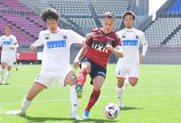 〈練習試合〉鹿島-札幌 相手選手と競り合う鹿島のファンアラーノ(中央)=カシマスタジアム
