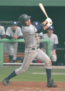 〈決勝〉鹿島レインボーズ-つくばク 4回裏つくばク1死満塁、荻須が勝ち越しの右犠飛を放つ=日立市民球場