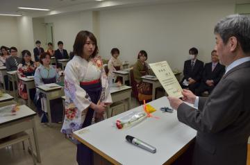 教室で行われた茨城大教育学部国語教育コースの学位記伝達式=24日午前、水戸市文京