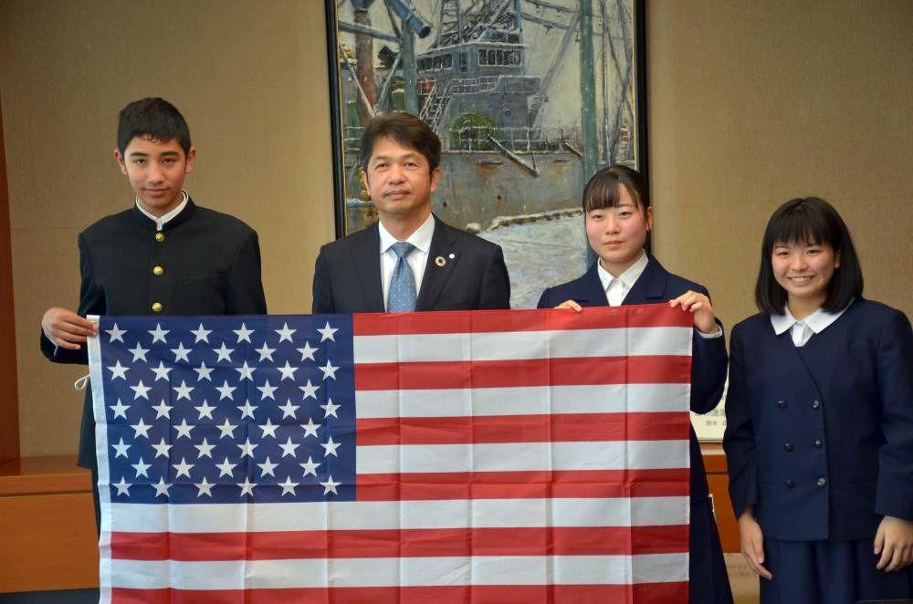大井川和彦知事と面会した「茨城高校生大使」=県庁