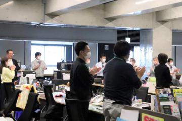 新型コロナウイルス感染症と戦う医療従事者らに拍手を送る市職員=坂東市岩井