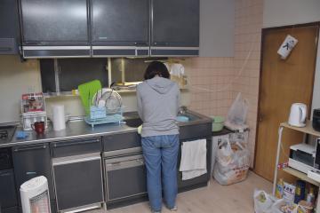NPOのシェアハウスに入居した女性。寝泊まりや食事を確保し、職探しを考えている=つくば市内