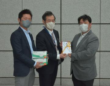 県にサージカルマスク5千枚を寄贈したグリット代表の松木徹エムテック社長(右)と菅井里輝SSP社長(左)=県庁